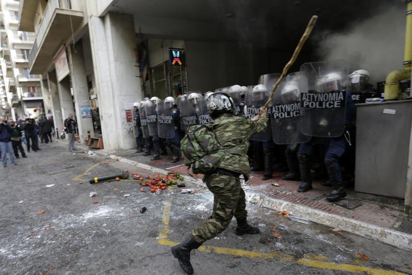 снимка 5 Сблъсъци между протестиращите и полицията в Атина
