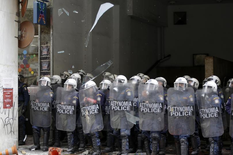 снимка 6 Сблъсъци между протестиращите и полицията в Атина