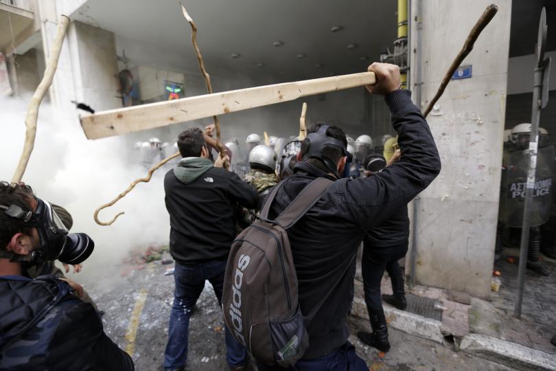 снимка 7 Сблъсъци между протестиращите и полицията в Атина