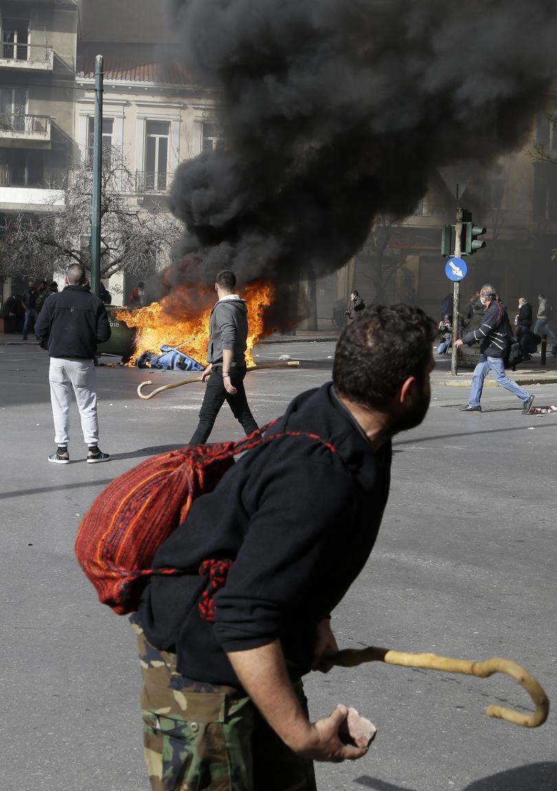 снимка 8 Сблъсъци между протестиращите и полицията в Атина