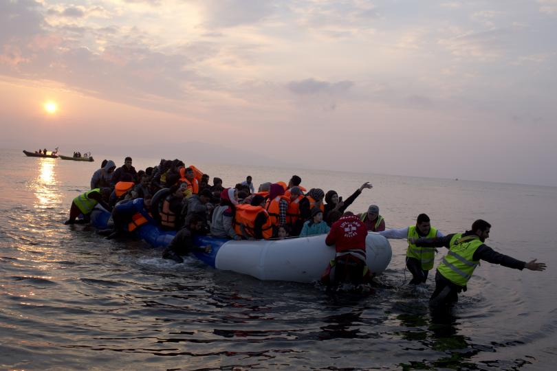 Гърция евакуира мигранти от остров Лесбос