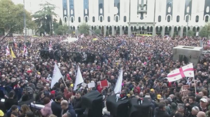 Парламентът на Грузия възобнови работата си. В ранния следобед спецчасти