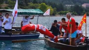 Българин преплува Охридското езеро в чувал