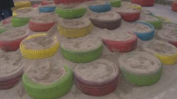 Родители направиха детска площадка за игра от стари гуми