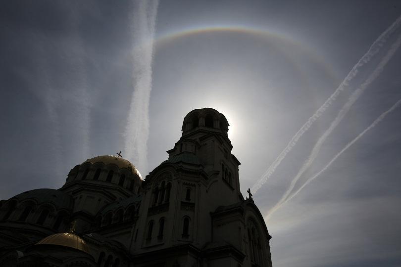 По обяд в столицата можеше да бъде наблюдавано оптичното явление