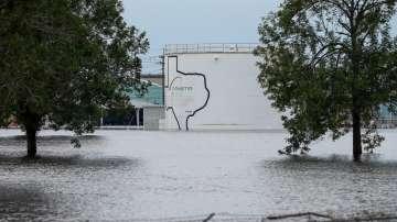 Две експлозии избухнаха в наводнения химически завод в Тексас