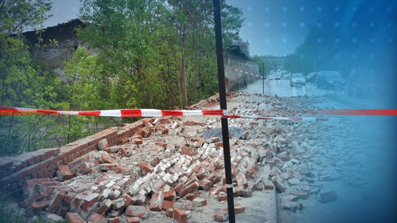 Снимка: Минувач в Хасково загина, след като върху него падна ограда от бивше поделение