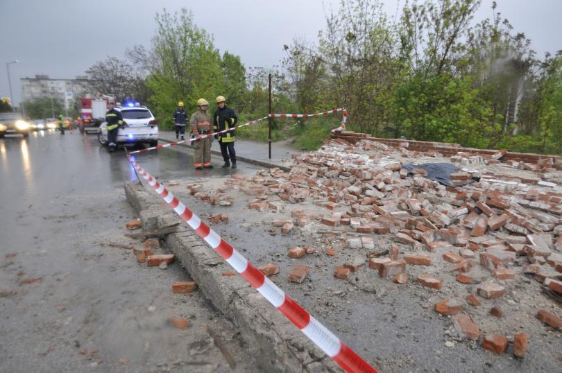 Снимка: Каракачанов разпореди проверка за рухната стена, която уби човек в Хасково