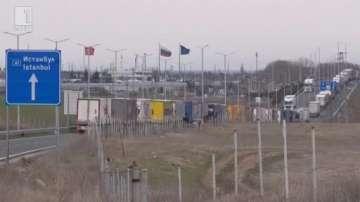 Колони от товарни автомобили се образува на границата с Турция