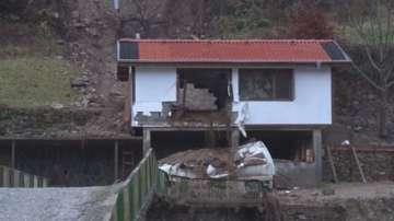 Няма опасност за живота на двамата затрупани в ловна хижа край Долен