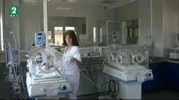 Недоносени бебета стоят в прегръдките на родителите при визита в неонатологията