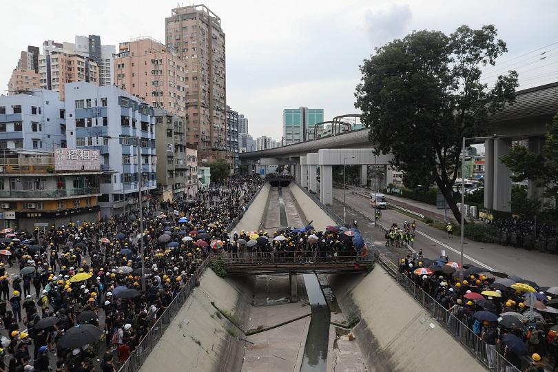 сълзотворен газ протестиращи хонконг