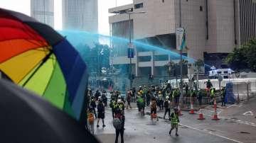 Полицията използва водни оръдия с оцветена вода срещу протестиращи в Хонконг