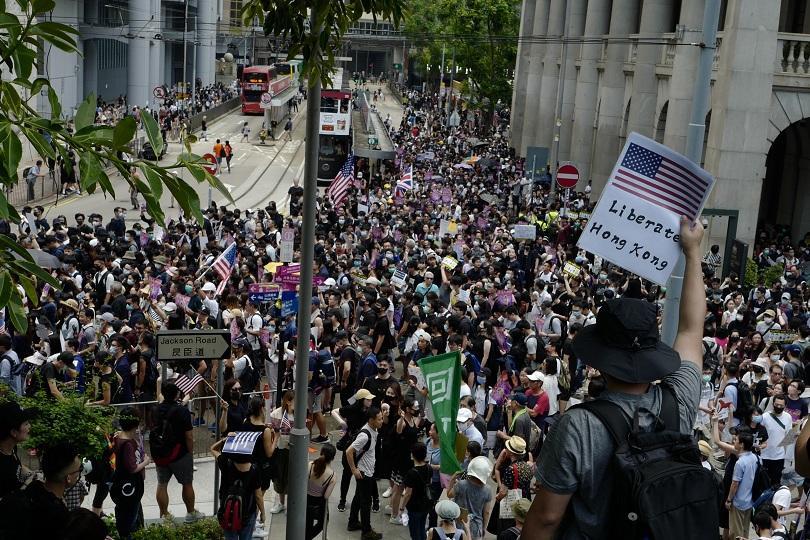 Стотици продемократични активисти протестираха пред американското консулство в Хонконг в