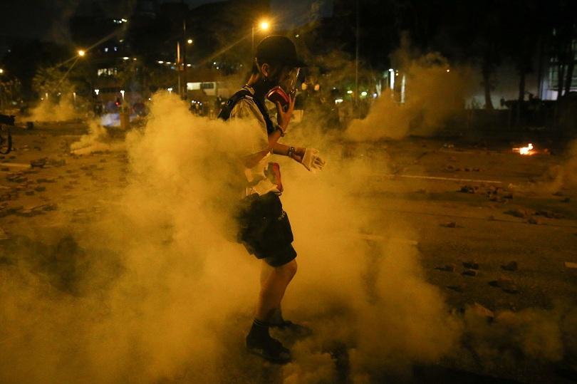 Полицията в Хонконг използва сълзотворен газ, за да разпръсне протестиращите,които