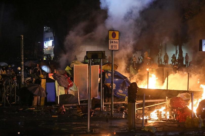 Пореден протест в Хонконг. Полицията щурмува кампус, окупиран от протестиращи