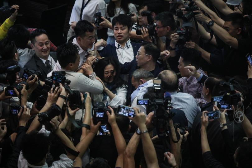 Най-малко четирима души пострадаха при сбиване в парламента на Хонконг.