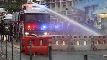 Хонконгската полиция използва водни оръдия срещу протестиращите