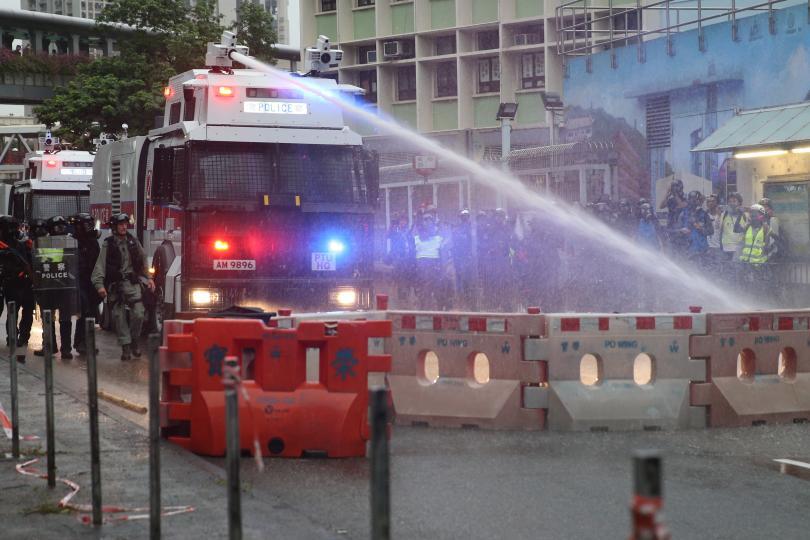 Полицейските служители са били заплашвани с пръти от протестиращите и