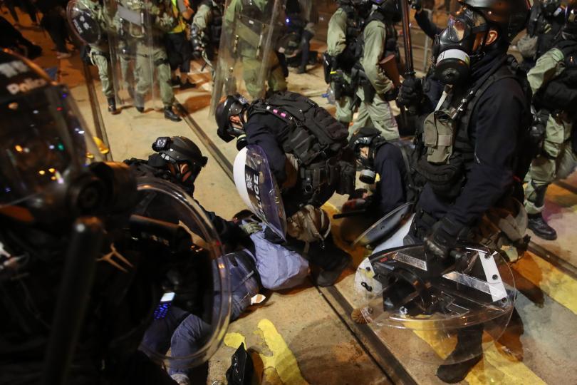 снимка 2 Сблъсъци между полиция и протестиращи в Хонконг