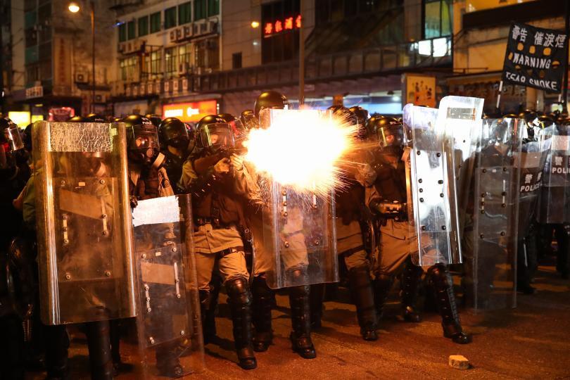 снимка 3 Сблъсъци между полиция и протестиращи в Хонконг