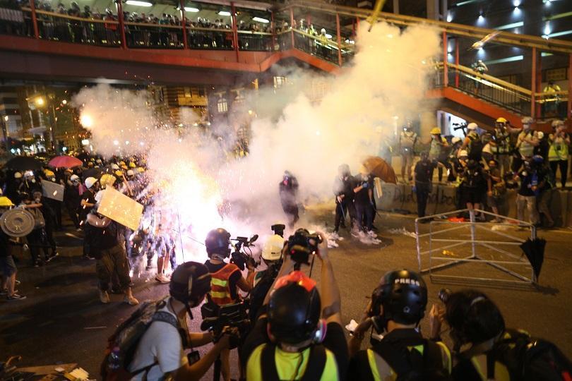 Отново сблъсъци в Хонконг. Полицията използва сълзотворен газ и гумени