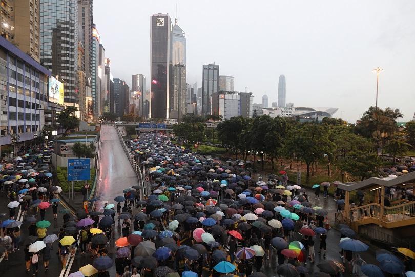 Огромна тълпа от демонстранти в Хонконг обкръжи комплекса от правителствени