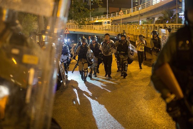 Многохиляден протест в Хонконг, въпреки забраната на властите. Полицията използва