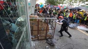 Ескалация в Хонконг: Протестиращи разбиха сградата на Законодателния съвет
