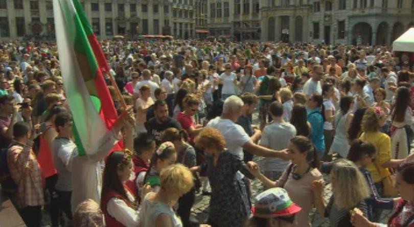 В Брюксел повече от 1000 души играха български народни танци