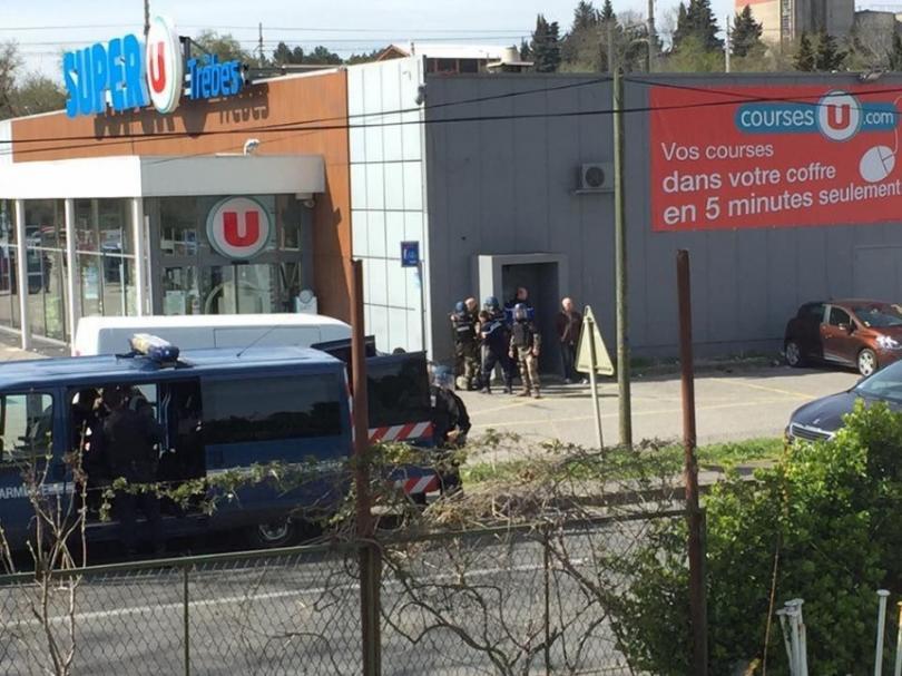Въоръжен мъж стреля и взе заложници в супермаркет в южния