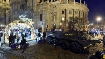 Бронетранспортьори охраняват коледните базари в Будапеща