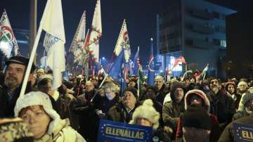 Около 2000 души протестираха пред сградата на обществената телевизия в Будапеща