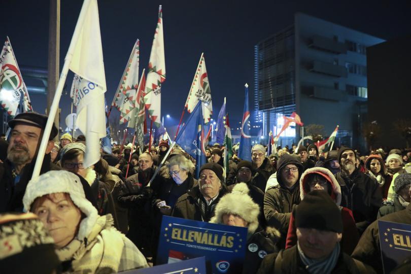 Около 2000 души протестираха пред сградата на обществената телевизия в