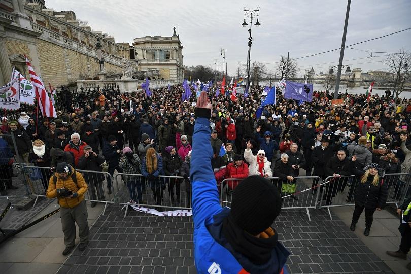 Няколко хиляди души излязоха по улиците в цяла Унгария, за