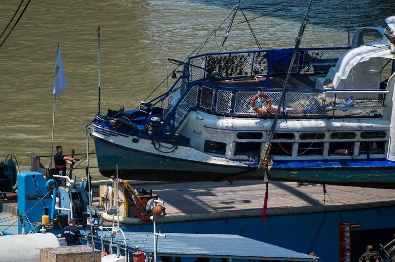 снимка 1 Извадиха потъналия в река Дунав туристически кораб