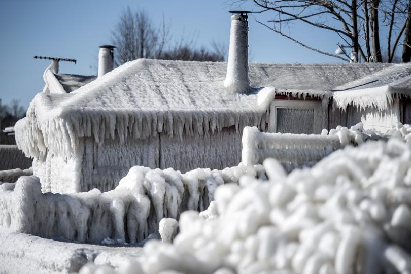 Студ и сняг блокираха части от Франция, а обилни снеговалежеи