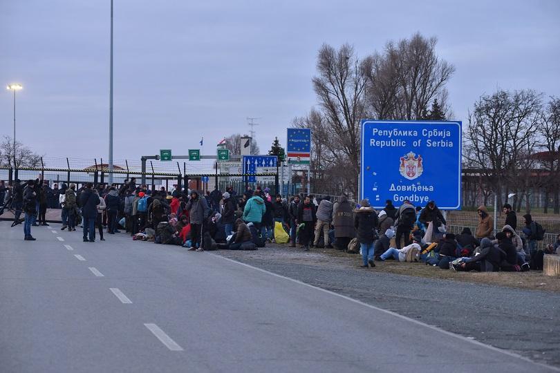 Унгарската полиция временно затвори границата със Сърбия, след като голяма