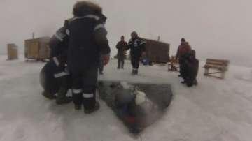Руснаци се спуснаха на рекордните 102 метра под леда