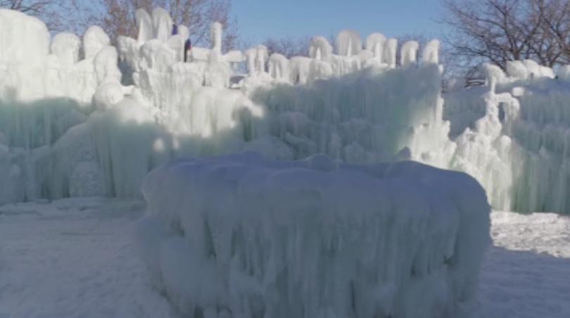 В Канада скулптури превърнаха леда в изкуство като създадоха дворец
