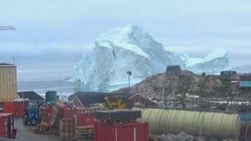 Огромен айсберг застрашава селище в Гренландия