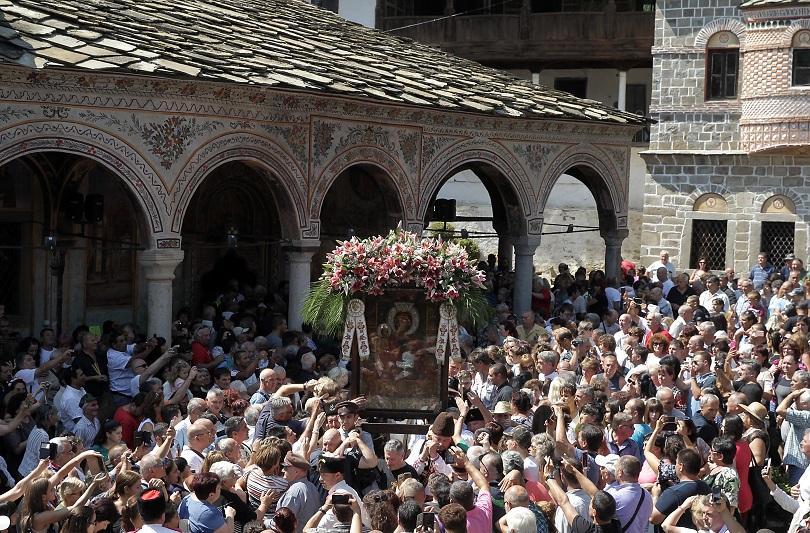 Хиляди миряни се докоснаха до чудотворната икона на Света Богородица Троеручица