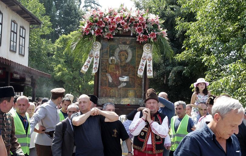снимка 2 Хиляди миряни се докоснаха до чудотворната икона на Света Богородица Троеручица