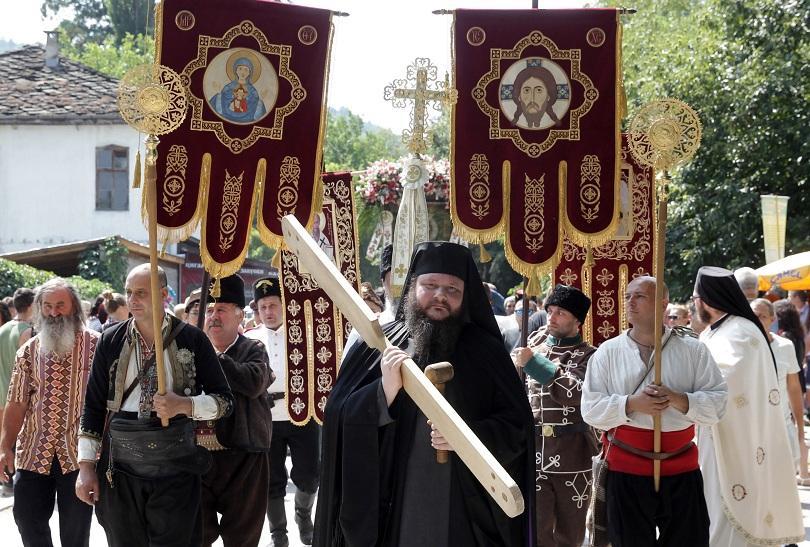 снимка 3 Хиляди миряни се докоснаха до чудотворната икона на Света Богородица Троеручица