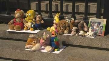 Протест с играчки на родители на загинали в катастрофи деца
