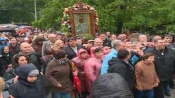 Хиляди шестваха с чудотворната икона на Богородица