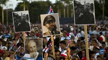 Половин милион кубинци и много чужди политици на погребението на Фидел Кастро