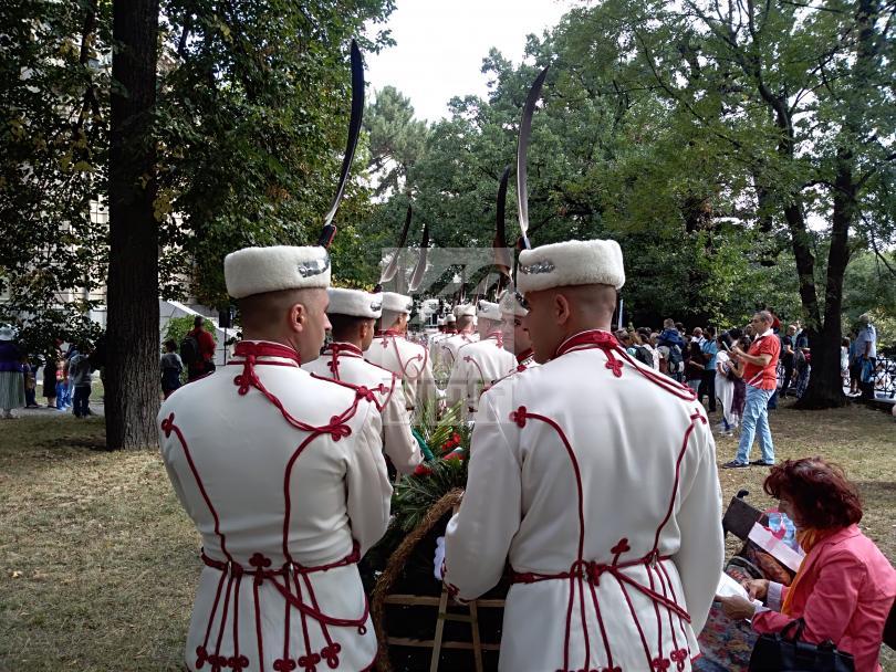 снимка 2 Празникът в София: Честване пред мавзолея-костница на княз Александър Батенберг