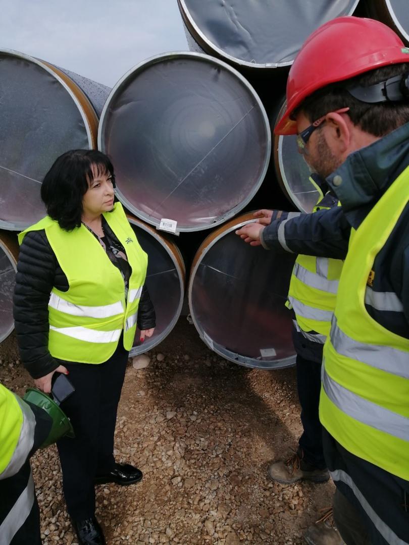 Министър Петкова инспектира доставката на тръбите за газовата връзка с Гърция