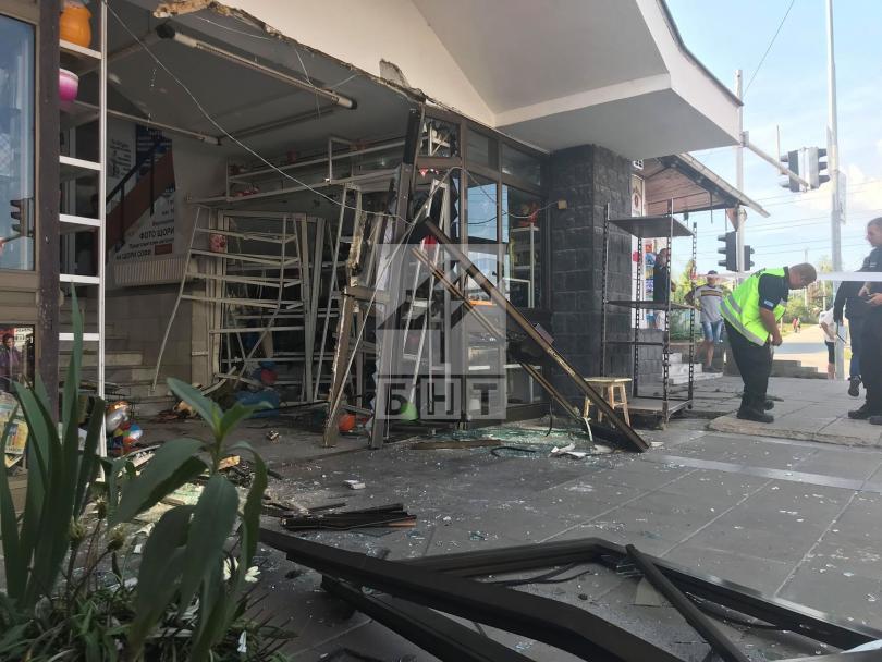 снимка 1 Кола се вряза в търговски обект в столичния квартал Овча купел